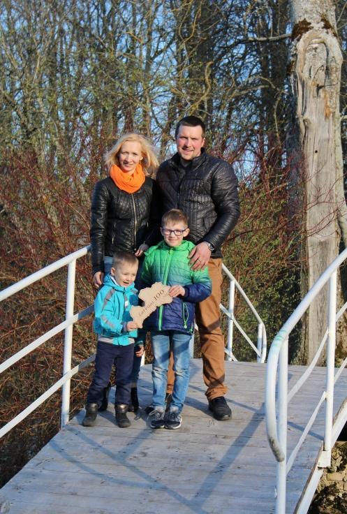 Mikušānu ģimene uz tiltiņa pār Dzirnupi Zasas muižas parkā.